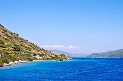 Petites embarcations de plaisance outre de la côte des îles de la mer Égée photographie stock