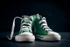 Petites espadrilles vertes Photographie stock libre de droits