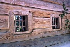 Petites fenêtres dans le mur d'une vieille maison en bois Photo libre de droits