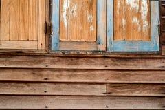 Petites fenêtres dans le mur d'une vieille maison en bois Photographie stock