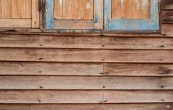 Petites fenêtres dans le mur d'une vieille maison en bois Photos libres de droits