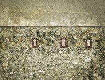 Petites fenêtres de brique dans le mur de château Photo libre de droits
