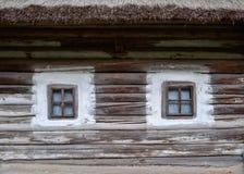 Petites fenêtres de cabane en rondins Image libre de droits