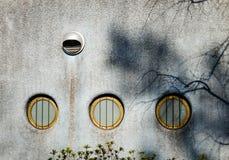 Petites fenêtres sur le mur de briques Image libre de droits