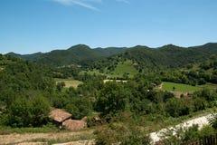 Petites fermes dans les Pyrénées images stock