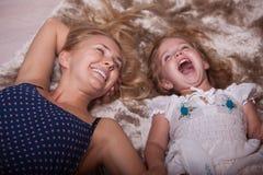 Petites fille et mère dans l'appartement image libre de droits