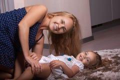 Petites fille et mère dans l'appartement photos stock