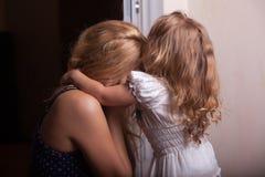 Petites fille et mère dans l'appartement image stock