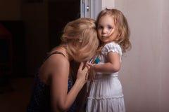 Petites fille et mère dans l'appartement photo libre de droits