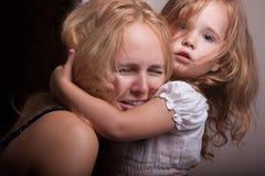 Petites fille et mère dans l'appartement photographie stock