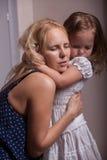 Petites fille et mère dans l'appartement photographie stock libre de droits