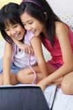 Petites filles à l'aide de l'ordinateur portatif Photo stock