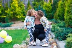 Petites filles adorables ayant l'amusement avec heureux Image libre de droits