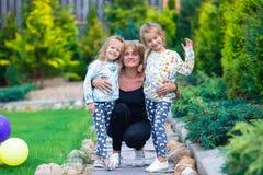 Petites filles adorables ayant l'amusement avec heureux Photo stock