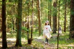 Petites filles adorables sélectionnant les premières fleurs du ressort dans les bois la belle journée de printemps ensoleillée Images libres de droits