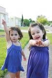 Petites filles appréciant à l'extérieur Photographie stock libre de droits