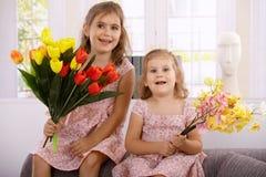 Petites filles au sourire du jour de mère Image libre de droits