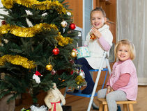 Petites filles avec l'arbre de Noël Photos stock