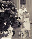 Petites filles avec l'arbre de Noël Photographie stock