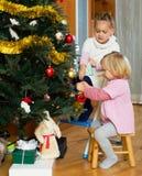 Petites filles avec l'arbre de Noël Photographie stock libre de droits