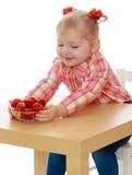 Petites filles blondes d'amour frais de fraise Photographie stock
