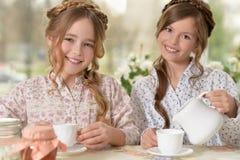 Petites filles buvant du thé Image libre de droits