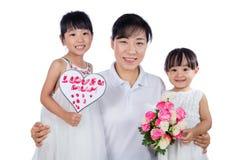 Petites filles chinoises asiatiques célébrant le jour du ` s de mère avec la maman Images stock