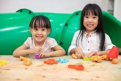 Petites filles chinoises asiatiques jouant l'argile coloré Photo libre de droits