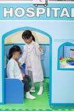 Petites filles chinoises asiatiques jouant un rôle à l'hôpital Photo libre de droits