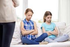 Petites filles coupables bouleversées s'asseyant sur le sofa à la maison Photo libre de droits