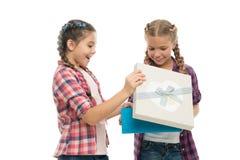 Petites filles d'enfants avec le boîte-cadeau de prise de coiffure de tresses Enfants excités au sujet de déballer le cadeau Peti photographie stock