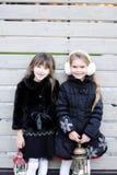 Petites filles dans l'équipement chaud posant dehors Image libre de droits