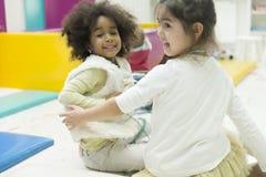 Petites filles dans le jardin d'enfants Photo stock