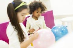 Petites filles dans le jardin d'enfants Image stock