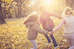 Petites filles de sourire en parc Photographie stock