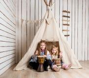 Petites filles de sourire jouant des tambours Image stock