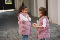 Petites filles drôles élégantes sur la rue Photo libre de droits