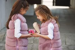 Petites filles drôles élégantes sur la rue Photo stock
