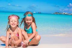 Petites filles en verres pour jouer de natation avec Images libres de droits