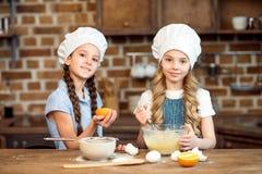Petites filles faisant la pâte pour des biscuits ensemble Photo libre de droits