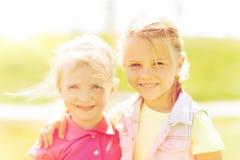 Petites filles heureuses étreignant dehors à l'été Photos libres de droits