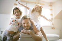 Petites filles heureuses avec le père Images libres de droits