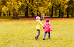 Petites filles heureuses courant dehors Photos stock
