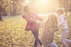 Petites filles heureuses en parc Photographie stock