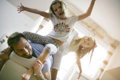 Petites filles heureuses Famille à la maison Image stock