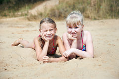 Petites filles heureuses sur la plage de sable photos libres de droits