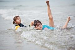 Petites filles jouant sur la plage, vacances de plage de famille Image libre de droits