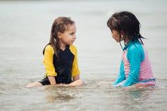 Petites filles jouant sur la plage, vacances de plage de famille Images stock