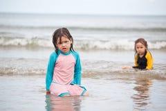 Petites filles jouant sur la plage, vacances de plage de famille Photo stock