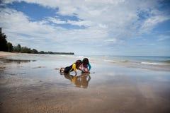 Petites filles jouant sur la plage, vacances de plage de famille Photos stock